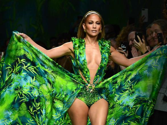 Jennifer Lopez enflamme le podium avec sa robe «jungle» à l'origine de Google Images – vidéo