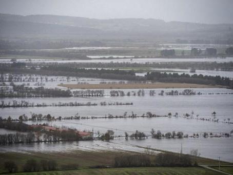 La tempête Fabien balaye le sud-ouest de la France, 95.000 foyers sans électricité