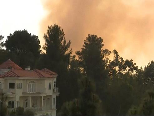 Des incendies spectaculaires atteignent Los Angeles et ses luxueux quartiers: de nombreuses stars évacuées (vidéo)