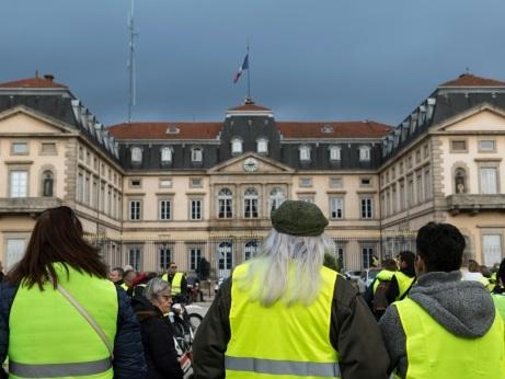 """""""Gilets jaunes"""": encore des blocages, regards tournés vers l'Elysée et Matignon"""