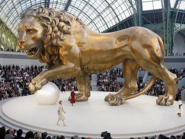 Karl Lagerfeld : découvrez ses 23 décors Chanel les plus spectaculaires