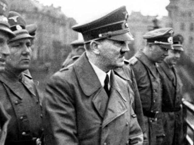 Un jeu vidéo où il faut venir en aide à Adolf Hitler fait scandale