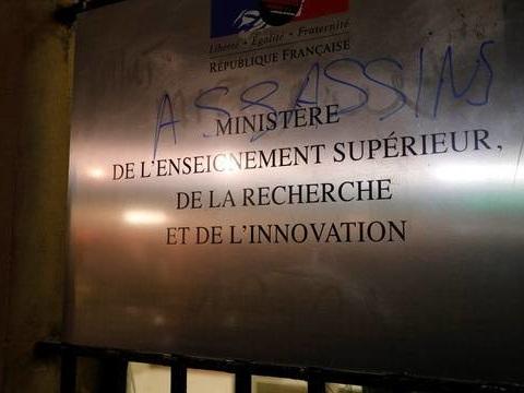 Etudiant immolé à Lyon: Le ministère de l'Enseignement supérieur pris pour cible par des manifestants