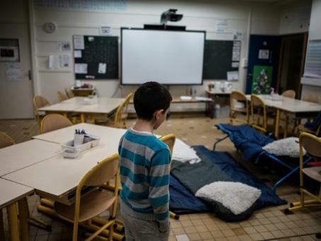 """""""Jamais sans toit"""": ils occupent les écoles pour les enfants SDF"""
