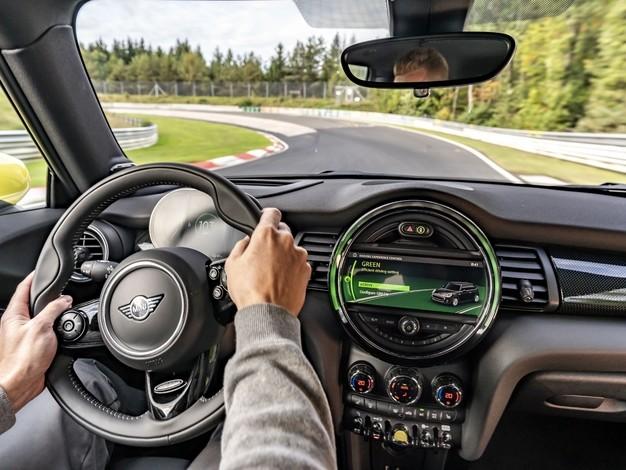 Mini : un tour de Nürburgring en Cooper SE, sans freiner