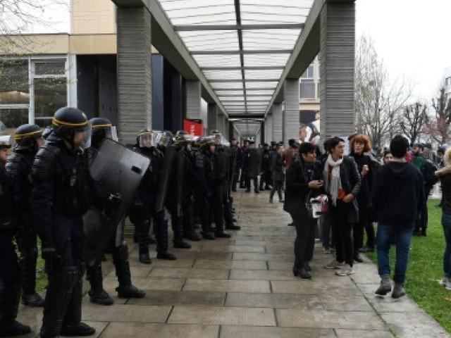 L'université de Nanterre bloquée, les partiels de lundi matin reportés