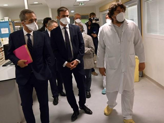 Covid-19: Véran promet 4000 lits supplémentaires dans les hôpitaux