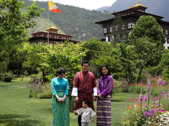 Au Bhoutan, un couple royal jeune pour une monarchie Instagram