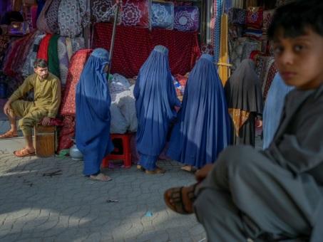 """Afghanistan: les talibans """"n'auront pas d'autre choix"""" que d'écouter les femmes"""