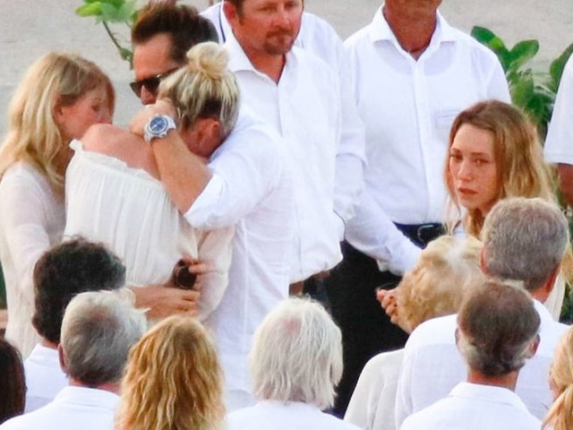 Enterrement de Johnny Hallyday : Laeticia Hallyday en larmes dans les bras de David, l'hommage de Yodelice et Yarol Poupaud