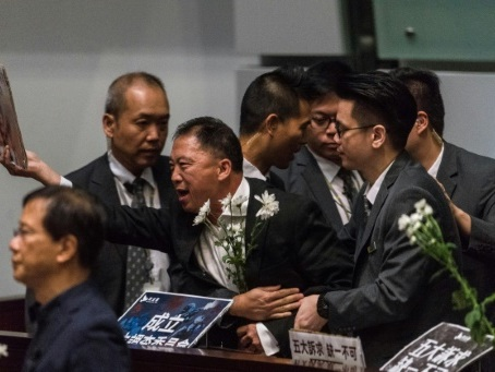Hong Kong: seconde journée houleuse au Parlement, Carrie Lam encore chahutée