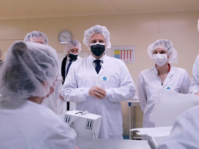 Macron visite l'usine Delpharm de vaccins Pfizer sous-traités en France