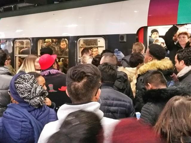 A Paris, la paralysie des transports bouleverse les sorties culturelles