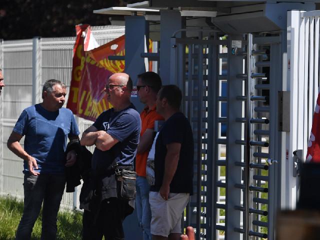 """""""On se sent déjà presque dehors"""" : à la Fonderie de Bretagne, les salariés de Renault inquiets après les annonces d'Emmanuel Macron"""