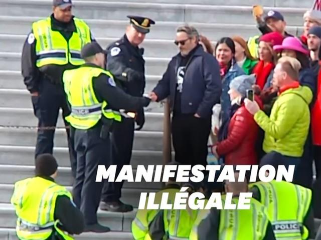"""Joaquin Phoenix arrêté à la manifestation """"illégale"""" de Jane Fonda"""