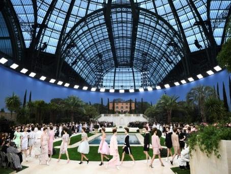 """""""Fatigué"""", Karl Lagerfeld brille par son absence aux défilés Chanel"""