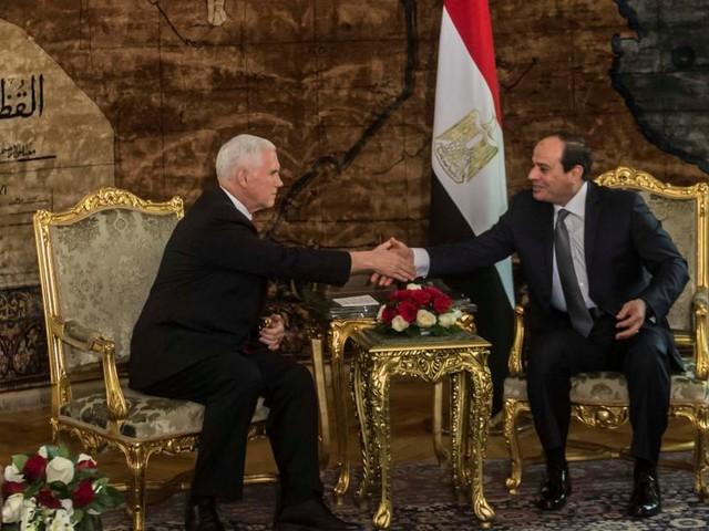 Pence débute en Egypte une première tournée sous tension au Proche-Orient