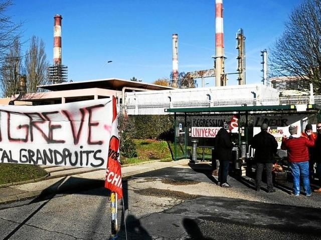 Sept raffineries sur huit en grève ce mardi selon la CGT
