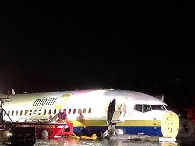 Le Boeing 737 rate son atterrissage et se pose dans un fleuve en Floride