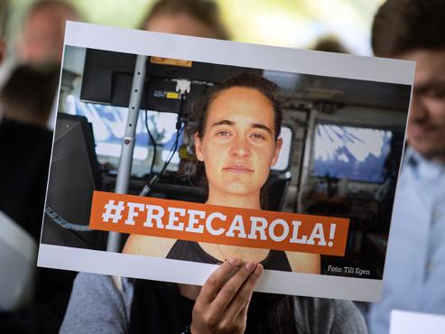 Carola Rackete, la capitaine du Sea-Watch, libérée: l'Allemande exprime son soulagement, Matteo Salvini s'insurge