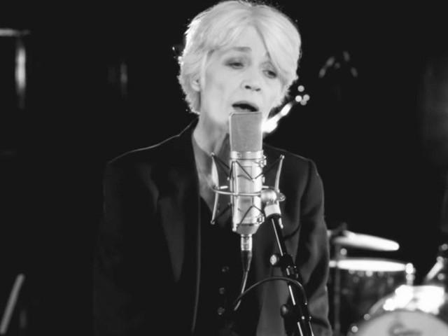 """Françoise Hardy atteinte d'un cancer : Ce moment où la chanteuse a """"ressenti une grande détresse""""..."""