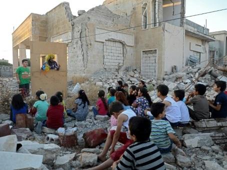Syrie: à Idleb, un spectacle ambulant de marionnettes rend le sourire aux enfants