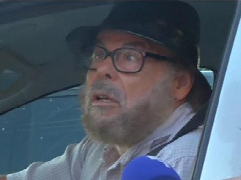 Attentat raté sur les Champs-Elysées: une journaliste apprend ce qui s'est passé au père de l'assaillant (vidéo)