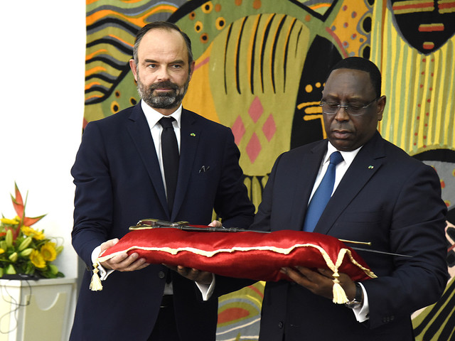 La France remet au Sénégal un sabre chargé d'histoire et de signification politique