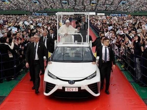 Après l'électrique, le pape François roule en voiture à hydrogène