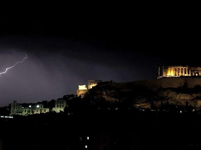 Six touristes tués et 30 personnes blessées dans une tornade et de violents orages en Grèce