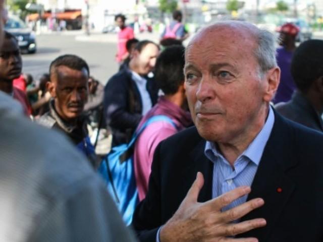 """Migrants: conditions de vie """"inacceptables"""" dans un nouveau camp à Paris, selon Toubon"""