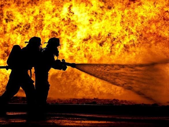Un mort et 18 blessés: une usine en flammes s'effondre sur des pompiers à New Delhi – vidéos