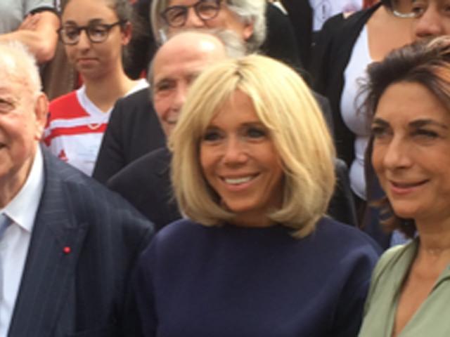 """En visite à Marseille, Brigitte Macron vante """"l'énergie"""" des élèves d'une école des quartiers nord"""