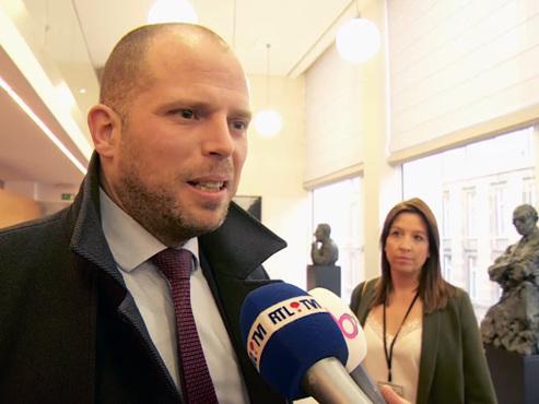 """Theo Francken interrogé pour la première fois au parlement sur les visas humanitaires: """"J'ai entendu deux fois des rumeurs"""""""
