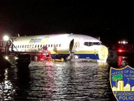 Floride : un Boeing 737 rate son atterrissage et finit dans une rivière