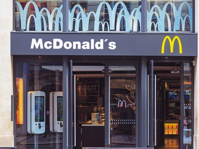 """McDonald's défend son """"Eau by McDo"""" soupçonnée d'être une arnaque"""