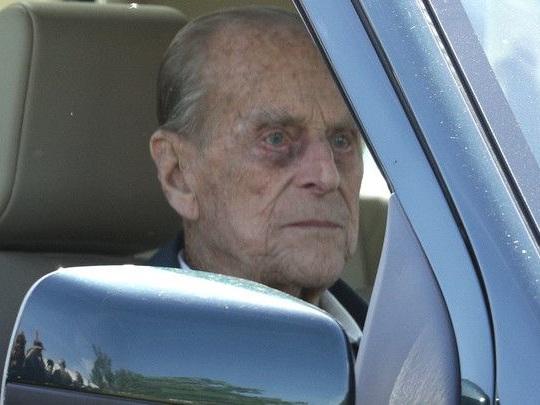 Angleterre : le mari de la reine crée la polémique, à 97 ans au volant