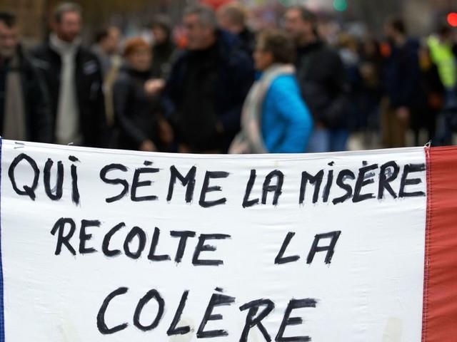 """Grève: malgré le spectre d'un """"Noël noir"""", les Français soutiennent le mouvement"""