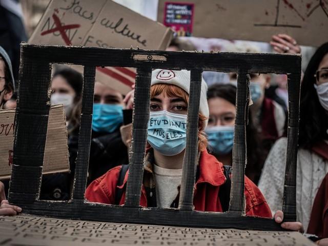 Reconfinement: Macron écartelé entre situation sanitaire et désespoir des étudiants