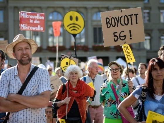 À Berne, des milliers de personnes ont manifesté contre la 5G
