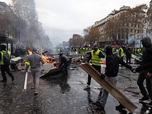 Champs-Elysées : des casseurs de l'ultragauche et des banlieues