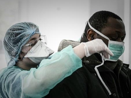 """Coronavirus: la vague """"déferle"""" sur la France, la saturation menace"""