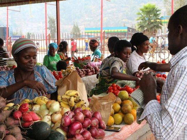 [Vidéo] Les Rwandais ne se cachent plus (autant) pour manger