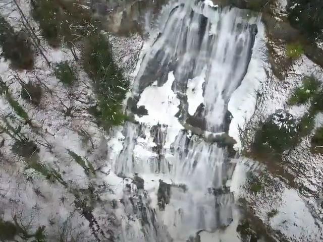 VIDÉO. Les magnifiques cascades du Hérisson à moitié gelées, filmées par drone