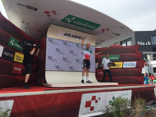 Tour de Suisse : Viviani en démonstration, Thomas out - Tour de Suisse, étape 4. Le champion d'Italie renoue avec le succès après 3 mois de disette. Il devance Michael Matthews et Peter Sagan, qui conforte ainsi son maillot jaune. Après une lourde chute, Geraint Thomas abandonne. Après la victoire et la prise de pouvoir de Peter Sagan (Bora Hansgrohe) hier...-(Nathan Malo - - Tour de Suisse)