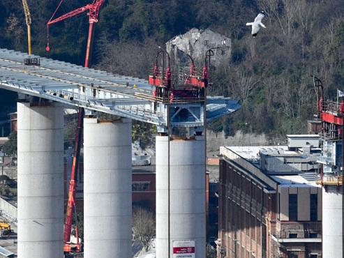 Le pont de Gênes réapparaît à l'horizon grâce à des ouvriers y travaillant 24 heures sur 24 (photos)