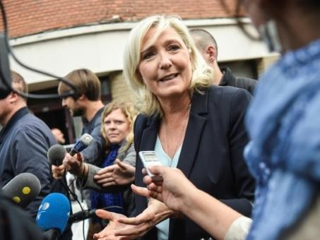 """Pour sa rentrée, Le Pen étrille Macron et vise les municipales, """"prélude"""" à 2022"""