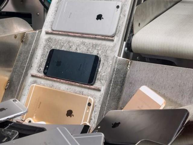 """Apple présente son robot """"Daisy"""" capable de recycler des iPhone rapidement"""