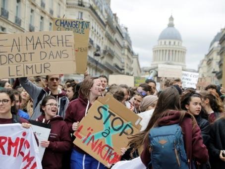Climat: des milliers de manifestants défilent à travers la France