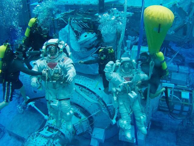 Des lunettes de natation pour protéger les yeux des astronautes ?
